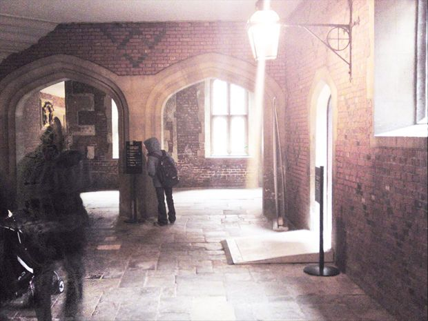 Real Ghost Pictures: On a visit to Hampton Court Palace this photographer seems to have captured an image of a ghostly apparition in Tudor Elizabethan garb.   Read more: http://www.paranormal360.co.uk/real-ghost-pictures-ghost-hampton-court/#ixzz3PlfP3ouT