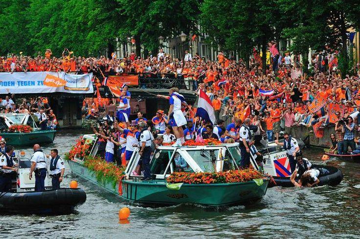 Huldiging Nederlands voetbalteam (oranje) op de grachten in Amsterdam 2010