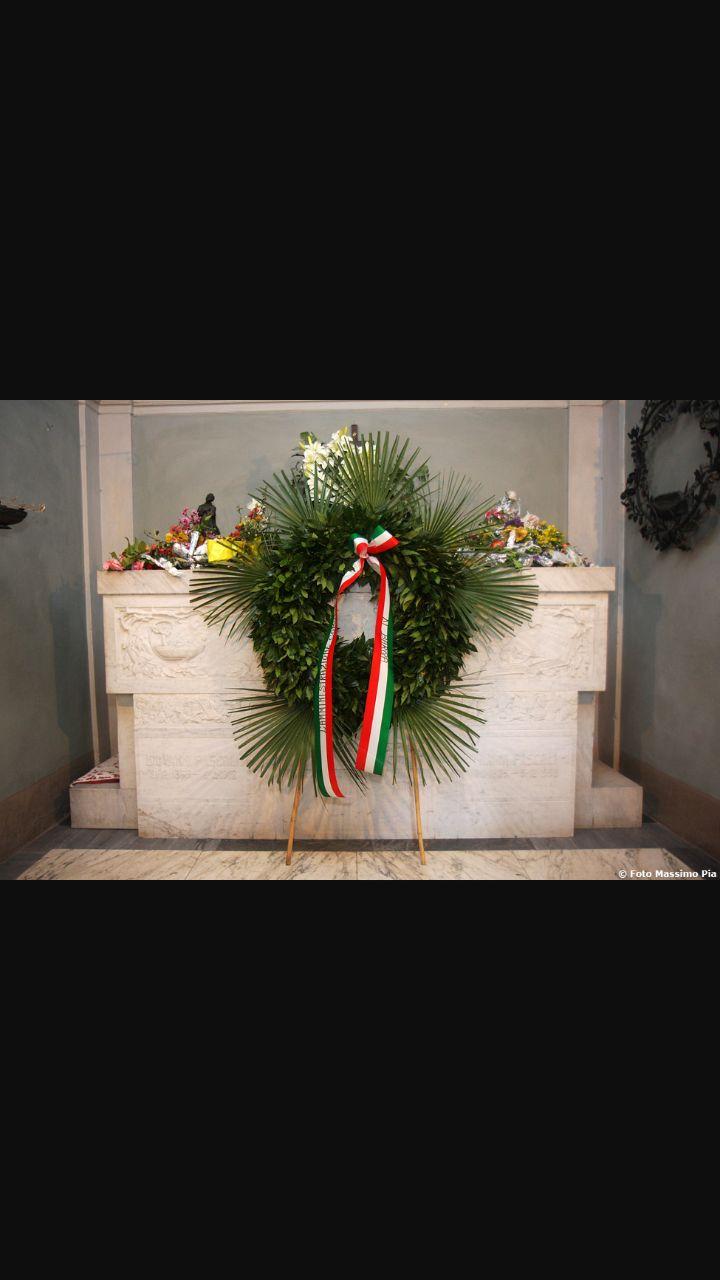 Giovanni Pascoli muore nel 1912 a Bologna e questa è la sua tomba.