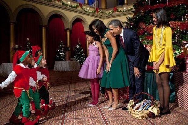 Ook celebrities vieren Kerstmis in intieme kring. Samen met familieleden en vrienden maakten ze er een warme en gezellige Kerst van. Sommigen kozen voor thematische outfits, anderen zetten hun beste beentje voor.