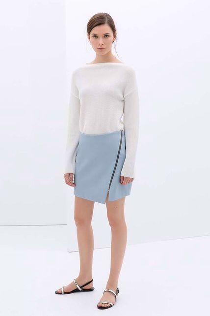 Falda de color azul pastel. Asimétrica y con abertura. Prototipo de lo que se va a llevar en este verano de 2014.