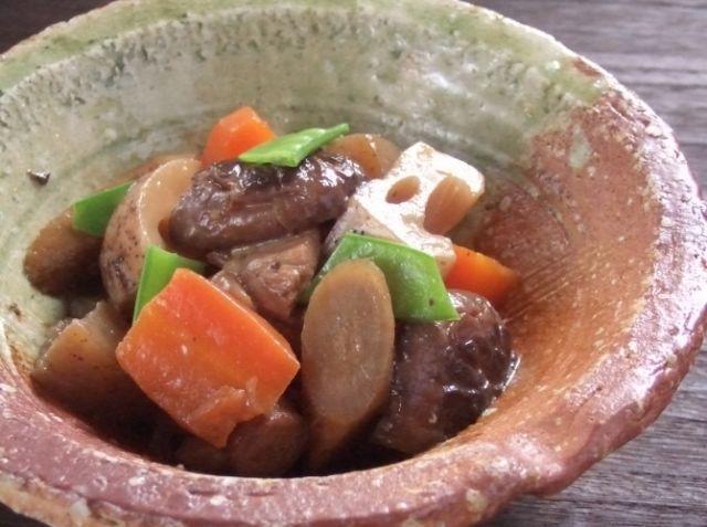 「日本の郷土料理!」筑前煮!煮しめ!がめ煮! - 野永 喜三夫シェフのレシピ。・日本料理の基本!食材を切り出し合わせ出汁を加えじっくり煮含めるだけ! ・時短で美味しい料理は出来ません! ・出来立て熱々も美味しいですが、冷たくしても味がしまり美味しいですよ~ ・正月の「おせち」や「おもてなし」料理で、縁起を担ぎ八の末広がりに八種類の食材を!