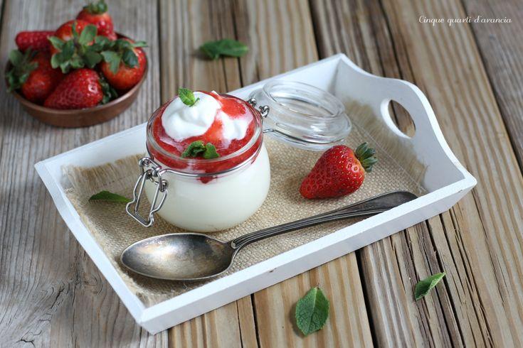 La mousse al cioccolato bianco e fragole è un goloso dolce al cucchiaio, perfetto per un dessert di fine pasto che conquisterà tutti!