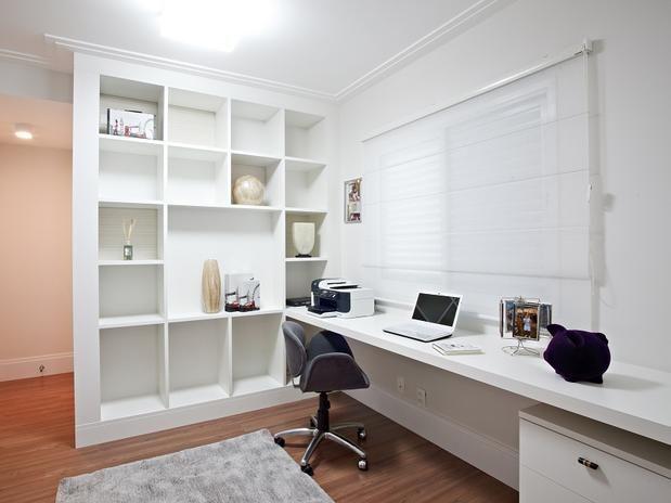 O escritório de móveis brancos conta com muitos nichos, que servem para dispor itens de decoração e ainda organizar o que for útil ao trabalho. O projeto é das arquitetas Elaine Gonzalez e Rosa Tieppo Foto: Divulgação