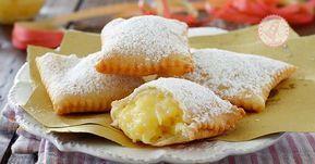 Chiacchiere ripiene alla crema una variante della ricetta delle chiacchiere classica, una pasta friabile, facilissima e croccante e con un ripieno di crema pasticcera.