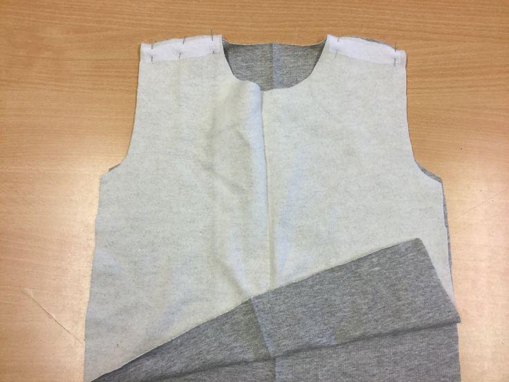 6. Lägg framstycket räta mot räta med bakstycket och nåla axelsömmarna.