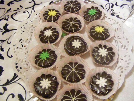Isler marcipán virággal 350 deka liszt 20 deka margarin 5 deka darált dió 2 kanál kakaópor 1 egész tojás 1 tojás sárgája 1 csg sütőpor A bevonáshoz 1csg ét -csokoládé 8 deka margarin fél deci étolaj sárgabarack lekvár  fehér csoki marcipán virágok fehét csokoládé