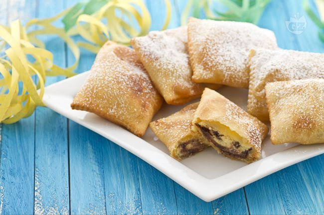 I ravioli alla ricotta con gocce di cioccolato sono dei dolci fritti, preparati nel periodo di Carnevale il cui ripieno è composto da ricotta di pecora e gocce di cioccolato.
