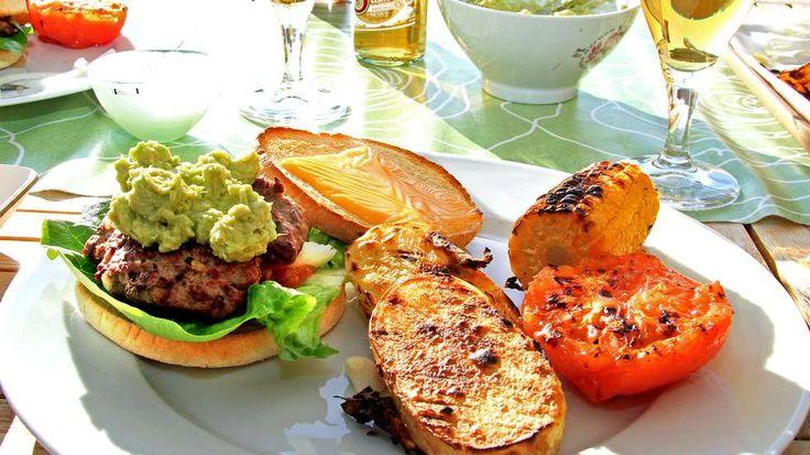 TEXMEX: Grillede hotte burgere med guacamole, grillede potetskiver, tomater og maiskolber, samt lyst meksikansk øl i glassene. En utmerket m...
