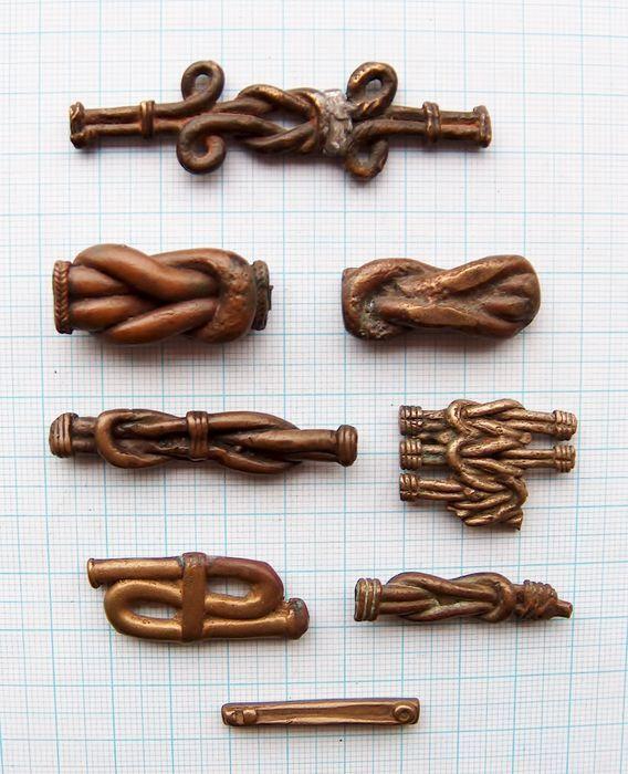 Lot van 8 figuratieve goudgewichten knopen - AKAN - Ghana / Ivoorkust  Lot van 8 figuratieve AKAN stofgoudgewichten afkomstig uit Ghana (Ashanti) en Ivoorkust (Baulé). Figuratieve modellen uit de late periode (1700-1900) in de vorm van knopen. De knoop staat bekend als de knoop der wijsheid (wisdom knot). Unieke bronzen minisculptuurtjes vervaardigd met de verloren-was methode. Slijtage en ouderdomspatina met glimmende accenten. 1) platte knoop met lussen loodverzwaard 68 mm / 1330 gram 2)…