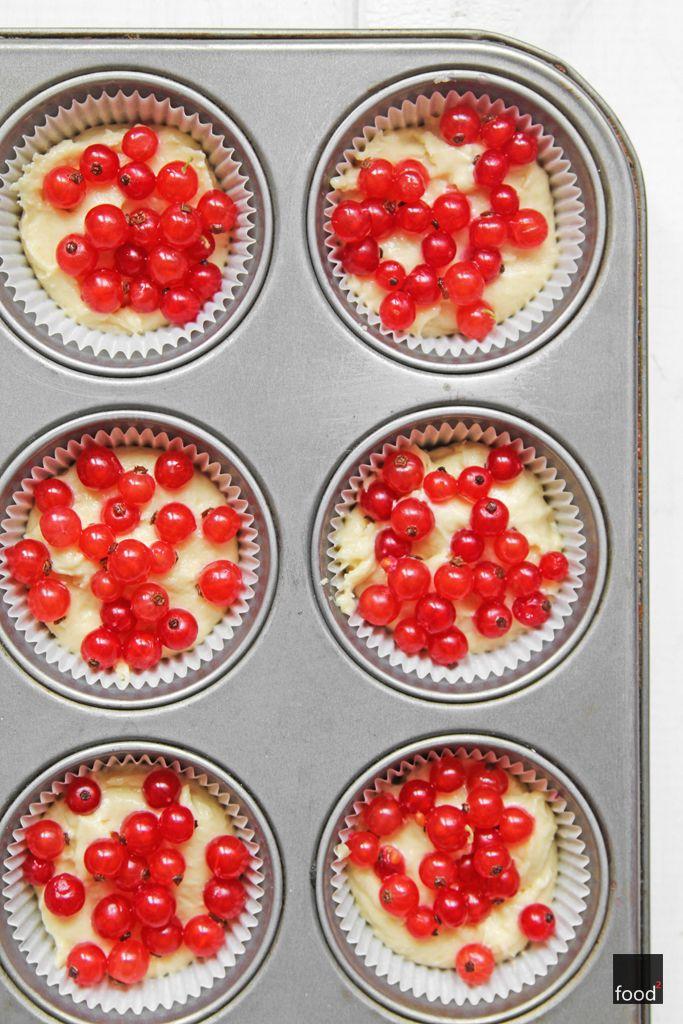 Babeczki z czerwoną porzeczką pod bezową pierzynką  Babeczki (12 sztuk): 125 g masła w temperaturze pokojowej 100 g cukru 3 żółtka 180 g mąki pszennej ½ łyżeczki proszku do pieczenia 80 ml mleka szczypta soli 200 g czerwonej porzeczki  Beza: 3 białka 200 g cukru szczypta soli 1 łyżeczka soku z cytryny 1 łyżeczka skrobi ziemniaczanej