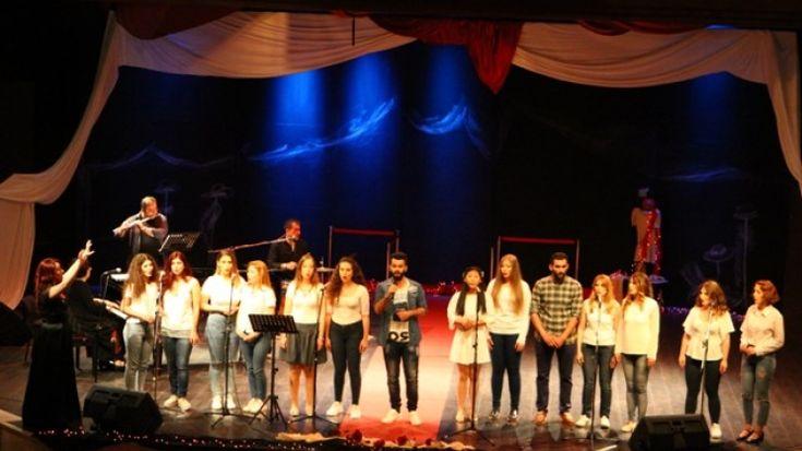 Νιάτα και ταλέντο έσμιξαν και το αποτέλεσμα ήταν υπέροχο. Η σκηνή του Δημοτικού Ωδείου Λάρισας, χθες είχε μια λάμψη από Χόλιγουντ. Οι σπουδαστές κλασι...
