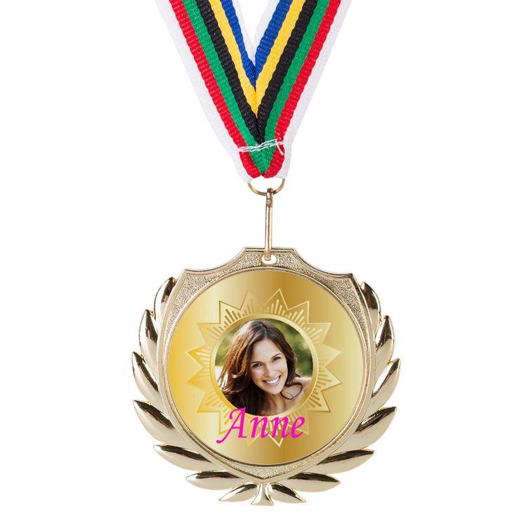 Verdient jouw juf of meester een gouden medaille voor beste leraar ooit? Dan is dit een ideaal bedankje aan het einde van het schooljaar. De medaille is te personaliseren met foto, berichtje en/of naam. Geheel naar eigen smaak aan te passen!  #bedanktjuf #bedankt #medaille #goud #personalisatie
