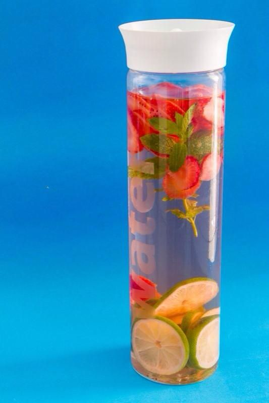 DETOX WATER de fresa y lima by DMC PERSONAL TRAINER.
