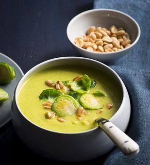 Rosenkohlsuppe mit Kokosmilch und Erdnüssen.