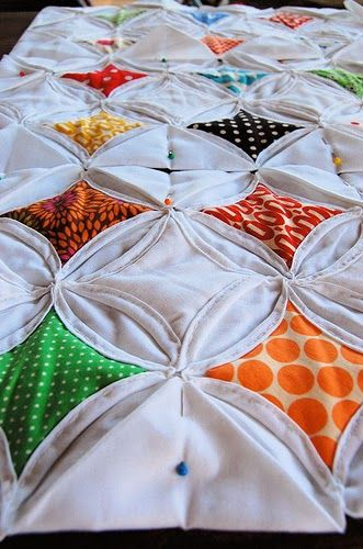 Este tipo de trabalho é uma mistura de quilt/patchwork com um técnica de origami em tecido. A mistura destas duas técnicas tem um res...