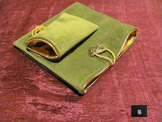 bustina in velluto verde e fodera in oro puro, con chiusura a cordoncino e bottone gioiello, e porta cellulare (ci sta un samsung classic!)