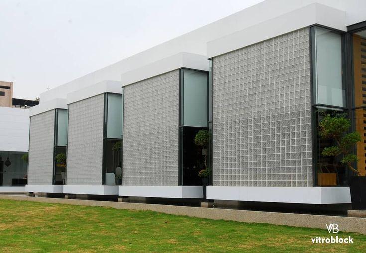 Estructuras a un nuevo nivel  Innova con grandes muros hechos de ladrillos de vidrios, llena de luz natural tus proyectos .... ... .. . #Vitroblock #casa #hogar #ladrillosdevidrio #muro #arquitectura #estructura #innovation #moderno