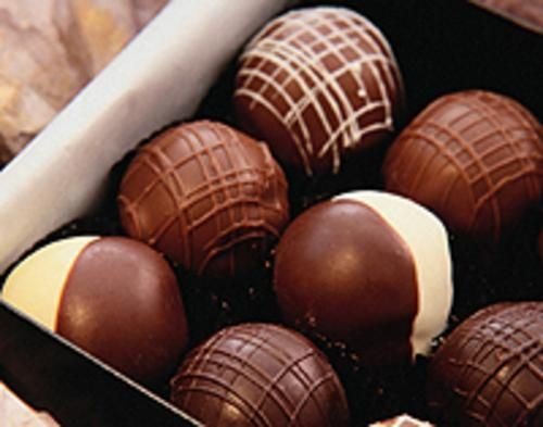 Receta fácil de trufas de chocolate con 5 ingredientes. Receta para preparar trufas de chocolate de forma rápida y económica. Trufas de chocolate variadas.