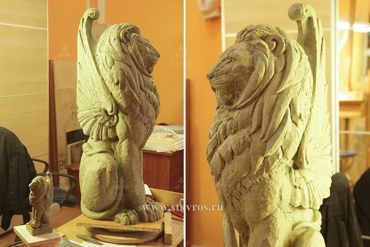 Скульптурная модель заходного столба для лестницы в виде льва. Фото незавершенной стадии лепки. Sculptural model of the lion in progress.