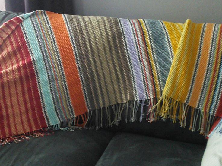 """Mexicaanse sjaal , gebreid in gerstekorrelsteek  en naald 4  , met allerlei kleurtjes ( Annell """" Miami"""" ) . Heel leuk en verslavend om te doen,  alleen de afwerking vergt wel wat engelengeduld , want in plaats van draadjes wegwerken , moet er nu elke 2de naald een draad bijkomen in de overeenstemmende kleur , om er later een kraaltje  met 2 knoopjes in te leggen...."""