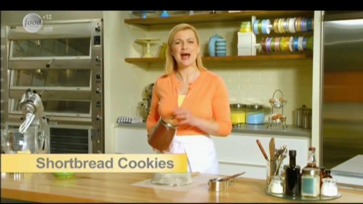 Сначала Анна приготовит простое песочное печенье с ванилью с помощью муки и пресса, чтобы придать ему нужную форму. А затем она испечет традиционный шотландский песочный пирог.