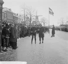 Dit is de aankomst van Reinier Paping (de winnaar van deze Elfstedentocht) in Dokkum (1963)