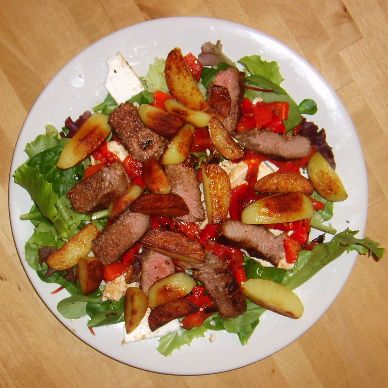 slaatje met gebakken aardappelen, lamsvlees, feta en geroosterde paprika