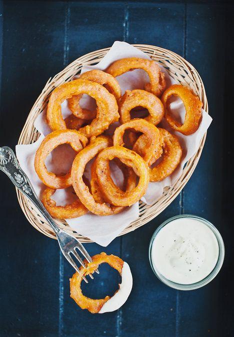 V hlavní roli pivo, cibule a hořčice: pikantní kroužky obalené v těstíčku doplňte hořčičným dipem.
