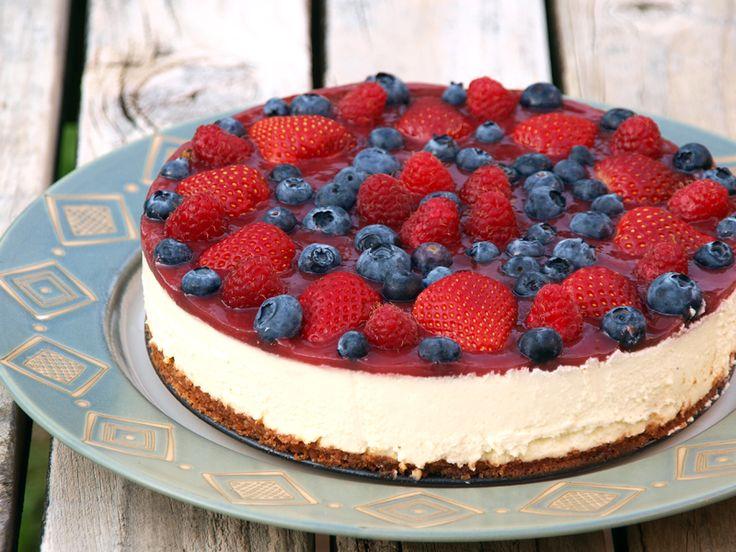 La cheesecake ai frutti di bosco è un dolce fresco e leggero, perfetto per le giornate più calde ed afose dell'estate