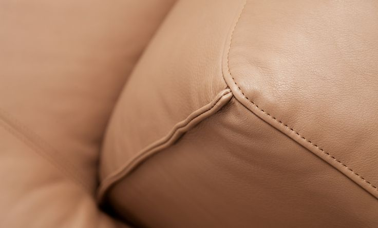 Leather details of the Rolf Benz MIO sofa.