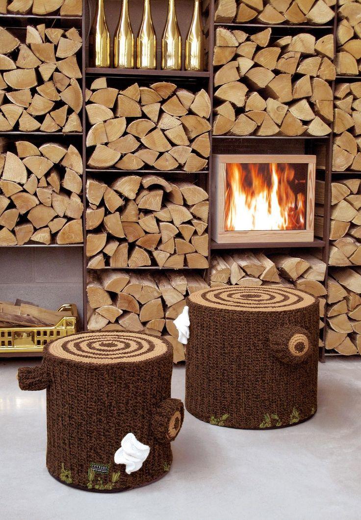 Miga de Pan inventa per Seletti Bosque Pouf, uno sgabello che ricorda un tronco d'albero, nonostante sia fatto di cotone e lavorato a maglia, è molto resistente un oggetto indispensabile nell'arredamento della vostra casa.