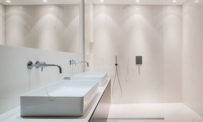 Francouzské architektonické studio F+F Architectes postavilo v historickém domě ve Štrasburku dvoupodlažní minimalistický byt, který vznikl propojením bytu v nejvyšším patře domu s obytným podkrovím. Mladý pár s jedním potomkem nyní obývá 240 metrů čtverečních s ...