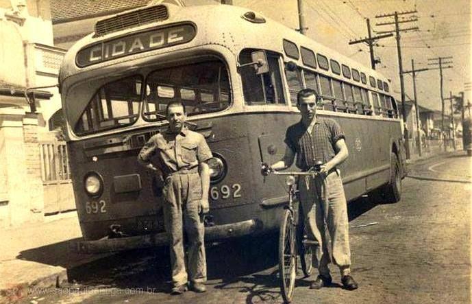 Uma rua no bairro da Lapa. Na imagem temos uma boa lembrança da bicicleta Raleigh e do ônibus antigo que circulava na região. Foto sem data mencionada, enviada por Esta Izeppe, onde temos o seu avô Senhor Abílio Izeppe com a bicicleta.