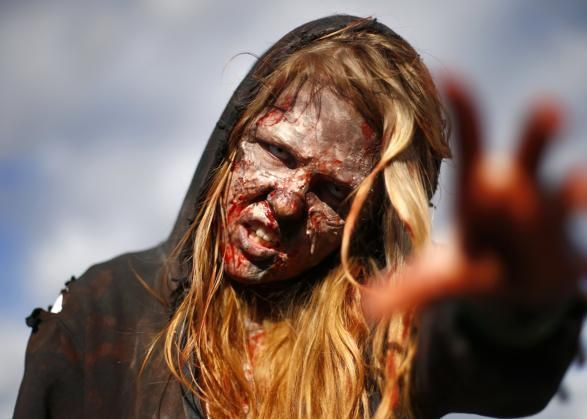 Una ragazza vestita da zombie al MCM Comicon all'Excel Centre dell'East London