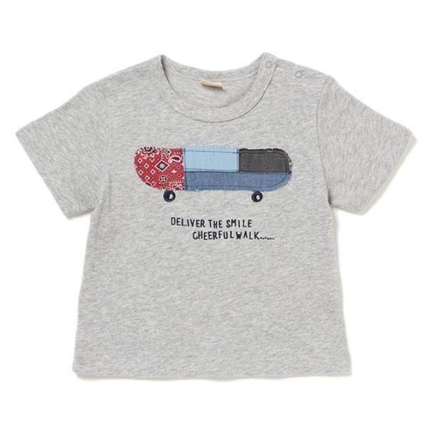 ペイズリー柄や濃淡カラーを採用したパッチワークで、お洒落へのこだわりを感じさせるTシャツです。オリジナリティあふれるボードデザインながらも、主張しすぎずコーディネートしやすいのが◎。クルーネックのベーシックなシルエットでデイリーに活躍するアイテムです。※80、90サイズのみ肩開き・モデルサイズ87cm・着用サイズ90cm