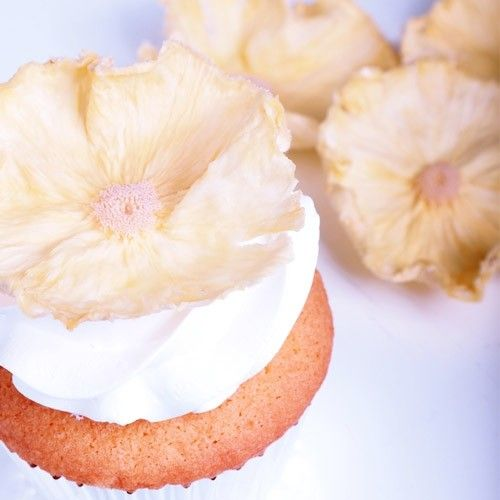 Impress everyone with these beautifully decorated cupcakes. And the best thing is, they may seem complicated to make, they are in fact ready in a jiffy.   Pineapple flower cupcakes - Cupcakes - Recipes  | Deleukstetaartenshop.com