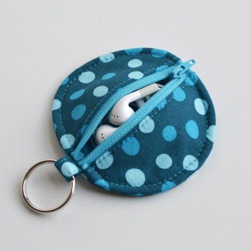 Keyring pouch for earphones. Very handy to do project to add onto my keyring. Pochette porte clé pour oreillettes. Projet pratique à rajouter sur ma porte clé.