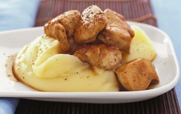 Χοιρινό με πουρέ και κρασάτη σάλτσα Υλικά συνταγής 1 κιλό χοιρινό (ψαρονέφρι ή μπούτι) 60 γρ. βούτυρο 1 κρεμμύδι ψιλοκομμένο 300 ml λευκό ξηρό κρασί 8 κουταλιές της σούπας κρέμα γάλακτος 1 κουταλιά της σούπας γούστερ σος (προαιρετικά) αλάτι πιπέρι φρεσκοτριμμένο 8-10 πατάτες 3 κουταλιές της σούπας κεφαλοτύρι Εκτέλεση συνταγής Ζεσταίνετε το μισό βούτυρο σε
