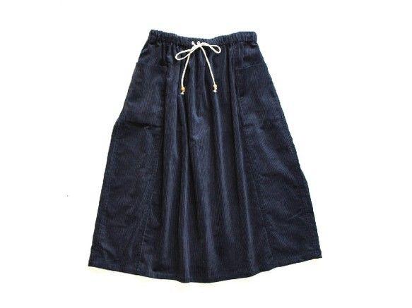 コットン100%の太畝コーデュロイを使用したギャザーロングスカート。厚手の生地なので透ける心配もなく、縫い目は全て折り伏せ縫いや三つ折りで始末しており、ほつれ...|ハンドメイド、手作り、手仕事品の通販・販売・購入ならCreema。