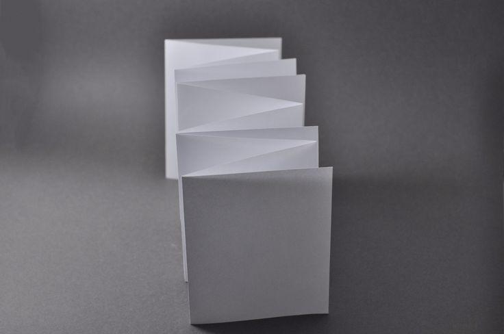 S-образная  [[MORE]] Лист-плакат надрезается с двух сторон и делится складыванием. Получившаяся книга-гармошка каждый второй разворот соединяется с последующим через верхний край страницы. Конструкция потенциально может быть увеличена по количеству...