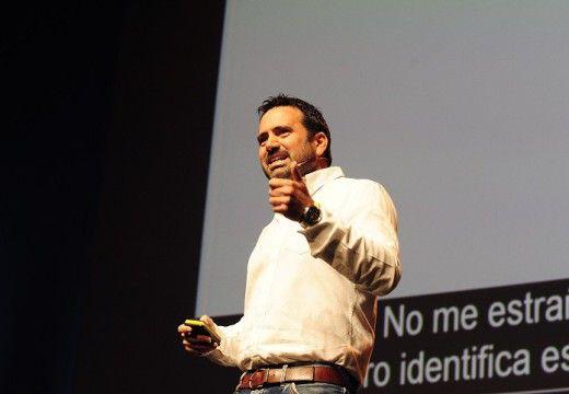 """Ponencia de Álvaro Bilbao: """"El cerebro de nuestros hijos necesita que les enseñemos a saborear la vida, no a consumirla""""."""