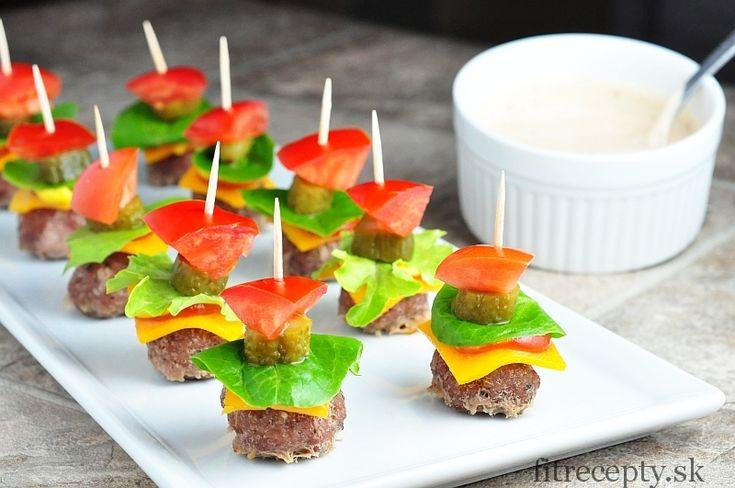 Milé, zdravé a zároveň chutné predjedlo či občerstvenie pre návštevu alebo len tak na oživenie vášho menu. Ak máte radi chuť burgera, skúste túto diétnejšiu mini verziu bez pečiva. Pripravte si ich aj s touto lahodnou omáčkou. Ingrediencie (na 26 ks): 450g mletého morčacieho mäsa (prípadne hovädzieho) 50g syra (najlepšie cheddar) – nakrájanýna tenké kocky […]