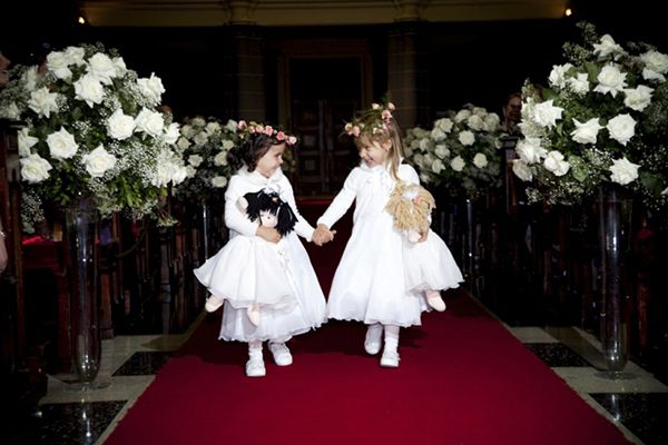 Meninas das alianças com bonecas de pano. #casamento #meninosdasalianças #boneca