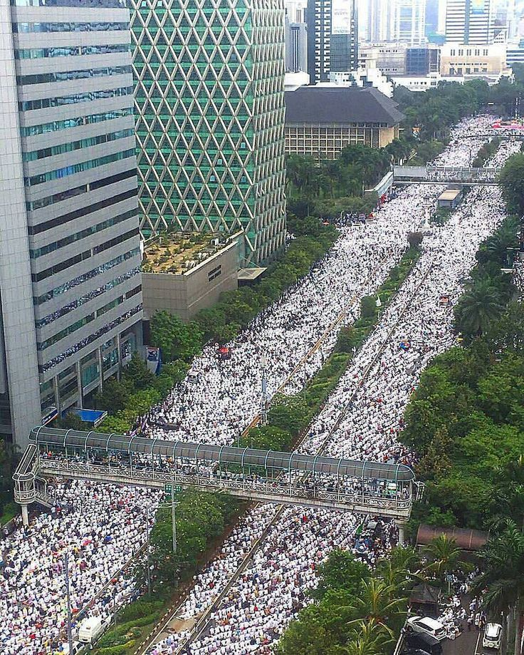#Repost @IndonesiaBertauhid - Jama'ah yang tidak bisa memasuki area monas meluber sampai memenuhi jalan-jalan utama di Ibukota . .  Perkiraan peserta Aksi 212 hari ini tadi antara 5-7 juta orang (4 juta versi Eramuslim). Karena di area Monas sendiri dipenuhi lebih dari 1 juta orang. ALLAHU AKBAR  Sumber foto: istimewa  #FokusHukumPenista #TangkapPenistaQuran http://ift.tt/2f12zSN