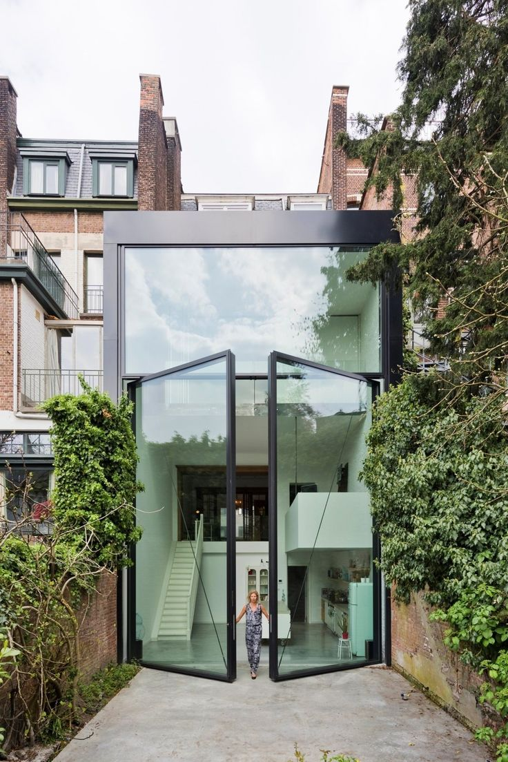 LALO Townhouse is a dwelling with a natural and simple beauty, located in Antwerp, Belgium, designed by the Belgian architect duo Silvia Mertens and Pieter Peerlings of sculp[IT]architecten.