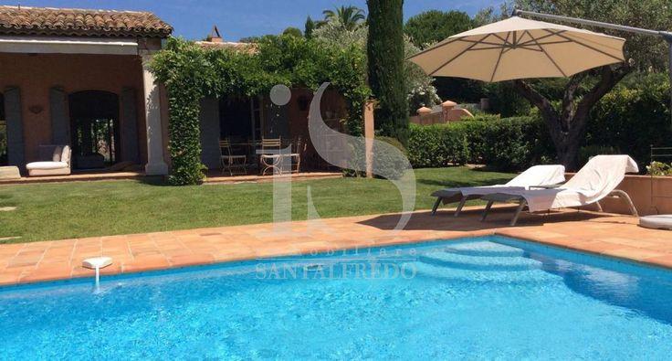 Trascorrete le vostre vacanze in una lussuosa villa sulla Costa Azzurra. Siamo A Saint Tropez, nel centro dell'affascinante vita della costa Mediterranea tra l'azzurro del mare, le bianche spiagge di Pampelone e le palme. Sospesa tra cielo e mare, adagiata sulle colline, proponiamo questa meravigliosa residenza per le vostre vacanze.