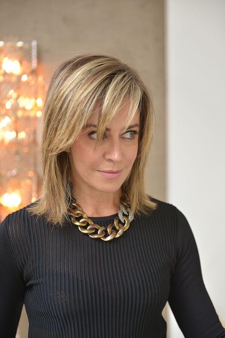 Eu amo acessórios! Colar de elos (corrente) dourado, preto e cravejado. Lindo para looks monocromáticos ou jeans e camiseta.  Cris Tamer - www.bettys.com.br