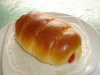 ANEKA RESEP ROTI ISI: ROTI ISI SOSIS 750 g tepung terigu tinggi protein (cakra) 250 g tepung terigu protein sedang (segi tiga biru) 200 gula pasir 20 g ragi instan(Mauripan/Fermipan) 150 g mentega 250 ml susu tawar cair 1/2 sdt bread improver/pengempuk roti(Bakerine Plus) 200 ml air es/air dingin 80 g telur 15 g garam halus Olesan: 2 butir kuning telur 2 sdm susu tawar cair 1 sdt gula halus Isi:  300 g sosis sapi