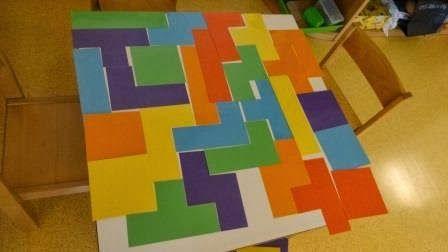 Ok, das war jetzt übertrieben! Aber wir spielen tatsächlich Tetris auf dem Tisch. Bis wir es lückenlos schaffen, wird es...